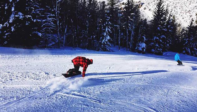 Hamilton felicita la Navidad desde una pista de snowboard