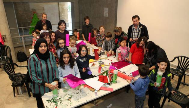Imagen de los participantes en el taller de reciclaje celebrado en el Museo Muñoz Sola de Tudela.