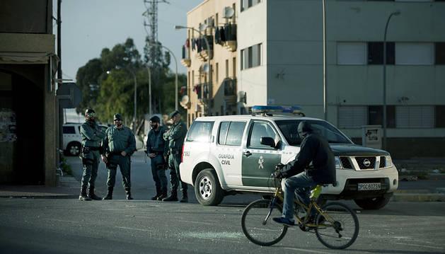 La Guardia Civil vela por la seguridad en Roquetas de Mar.