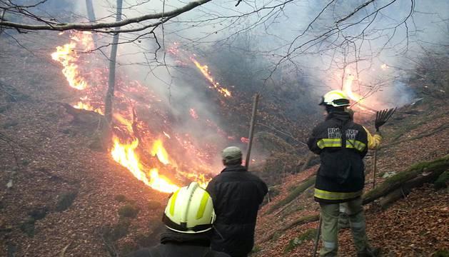 Un incendio que ha calcinado más de 80 hectáreas afectó este viernes 25 de diciembre y los bomberos continúan trabajando en las labores de extinción.