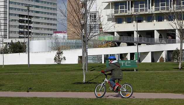 Un niño anda en bicicleta en el parque de Yamaguchi en Pamplona.