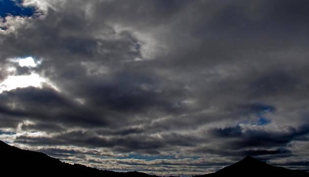 Nubes y claros en el castillo de Deyo, en Villamayor de Monjardin.