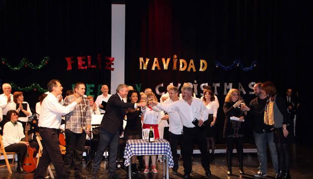 Un representante de cada grupo brinda sobre el escenario junto a José Luis Escalada.