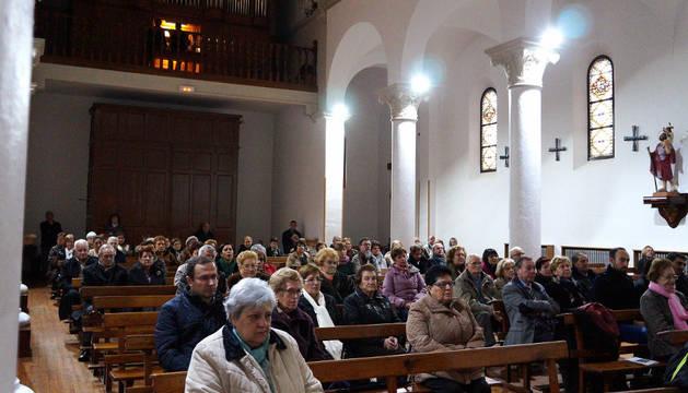 Los asistentes escuchan la música del órgano de la parroquia, situado en la parte superior del templo.
