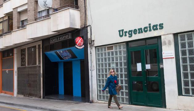 Una vecina camina ante el servicio de Urgencias situado en el centro de salud Santa Ana de Tudela.