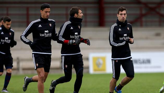 Maikel Mesa junto con Mario y Álex Sánchez corriendo durante un entrenamiento.