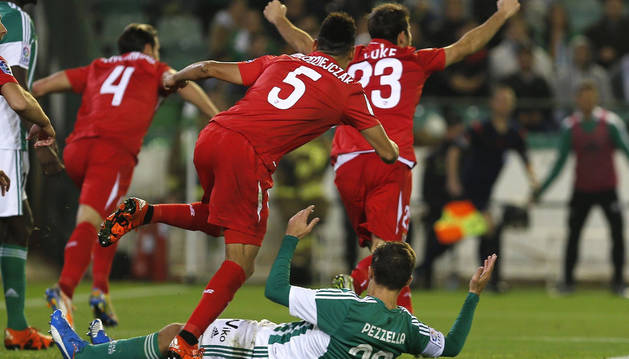 El Sevilla celebra el gol de Krychowiak.