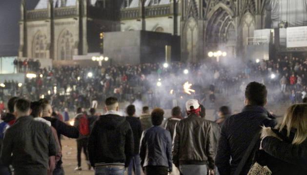Una multitud en los alrededores de la catedral (Alemania) el pasado 31 de diciembre.
