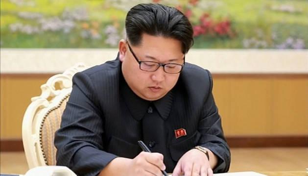 El líder norcoreano Kim Jong-un durante la firma de la orden para la prueba de la bomba de hidrógeno.