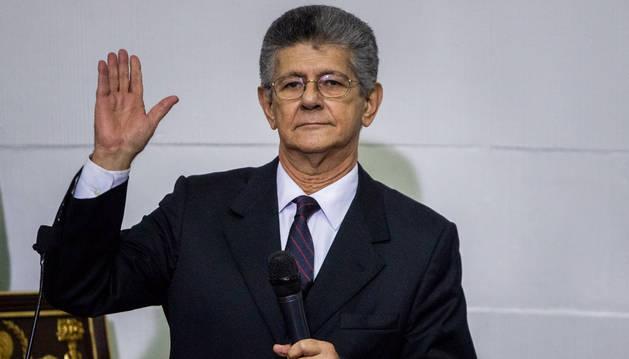 El presidente de la Asamblea Nacional, Henry Ramos Allup, jura a su cargo.
