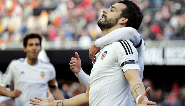 El triplete de Negredo da al Valencia medio pase a cuartos