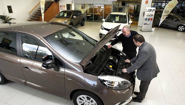 Aumentan un 40% las ventas de coches de gasolina y ganan terreno a los diésel