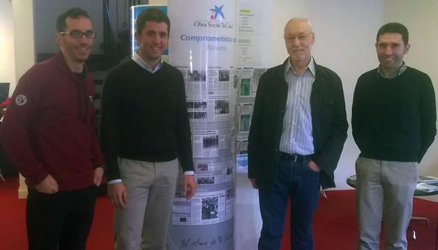 Javier Almándoz y Juan Miguel Eraso, directores de las oficinas de CaixaBank en Bera y Lesaka, entregaron la ayuda a Alfredo Obeso, representante de Elkarrizan Bolondres Taldea.