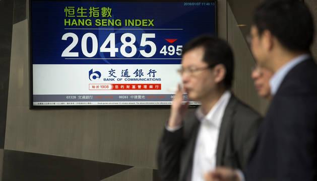 Las bolsas chinas cierran a la media hora de abrir por las fuertes caídas