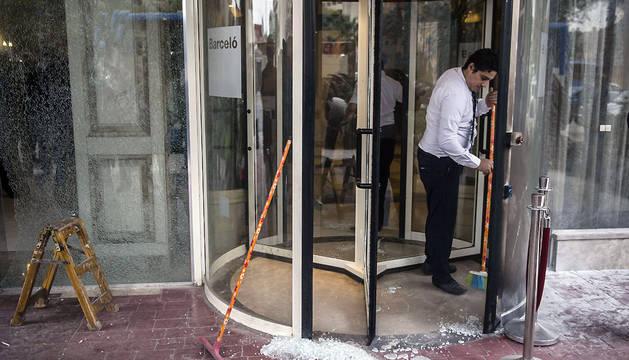 Un empleado limpia la puerta de entrada del Hotel Barceló Cairo Pyramids.