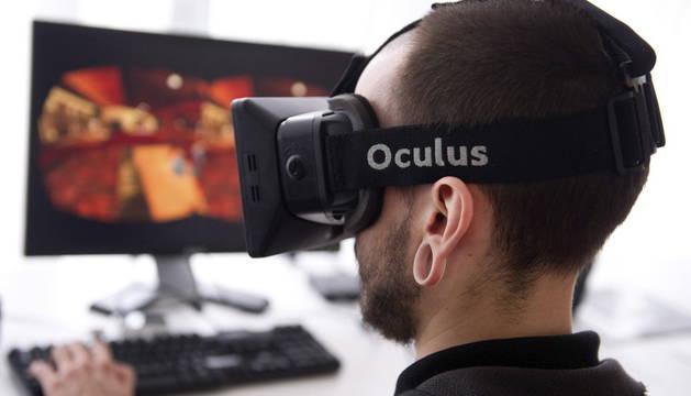 Un joven utilizando un dispositivo de realidad virtual.