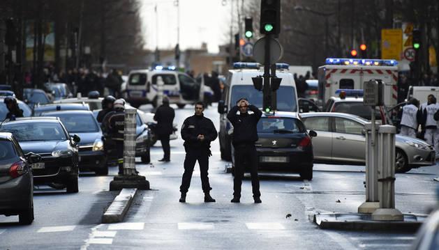 Una patrulla de policía, junto a la comisaría en la que se ha producido el asalto, al norte de París.