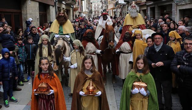 Los Reyes Magos, entre la multitud de pajes y público, en su recorrido por las calles de Sangüesa.