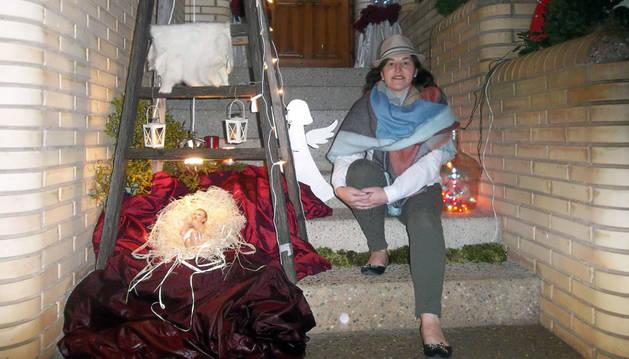Tere Jarauta posa en el decorado porche de su casa.