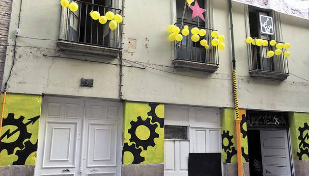 El edificio de la calle Compañía de Pamplona que decenas de jóvenes mantienen okupado.