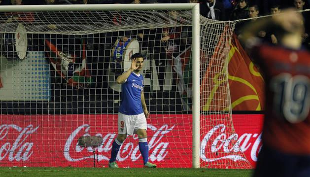Kike Sola se disculpa tras marcar un gol a Osasuna en El Sadar.