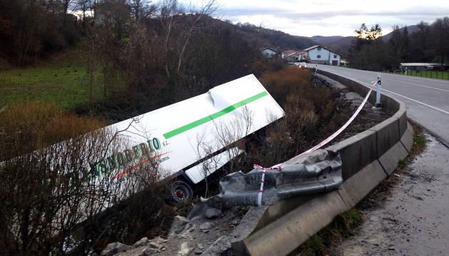 El camión accidentado en ventas de Arraitz.