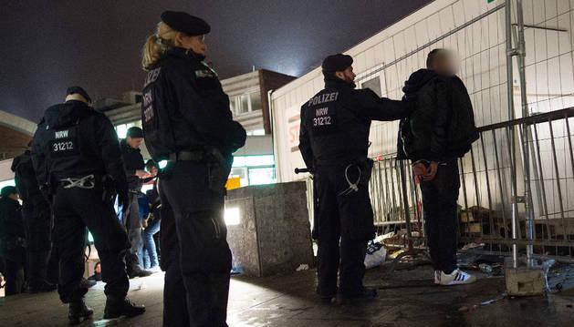 Policía alemana busca sospechosos en la estación central de Colonia.