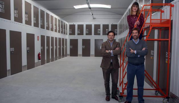 Los socios Javier Aranaz Baerts y Nacho Pérez Salazar. Subida en la escalera, Edurne Úriz Martín, una de las trabajadoras