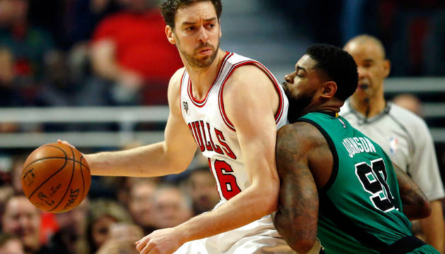 Pau Gasol y Amir Johnson, durante el partido entre Chicago Bulls y Boston Celtics (101-92).