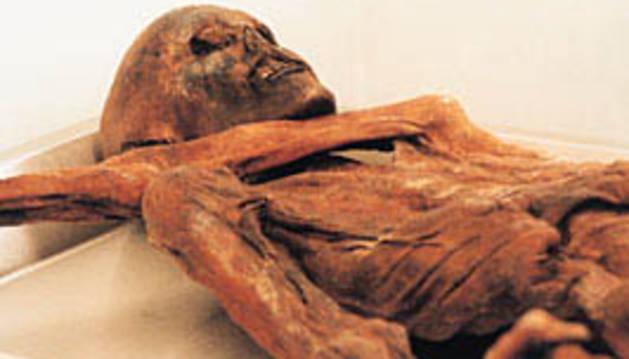 Ötzi, una momia de 5.000 años de antigüedad hallada en los Alpes.