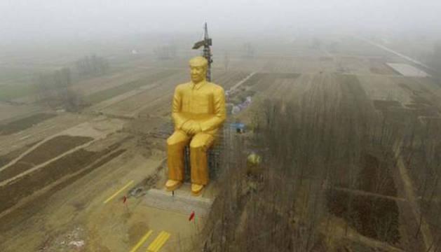 Derriban una enorme estatua dorada de Mao por 'ilegal'