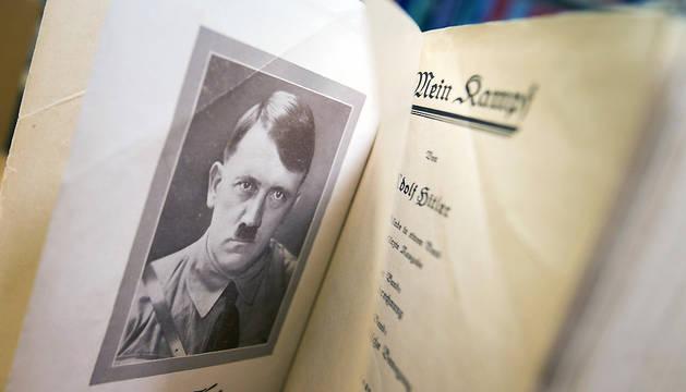 Detalle de una copia de la edición original de 'Mein Kampf', escrito por Adolf Hitler en una librería en Fráncfort.