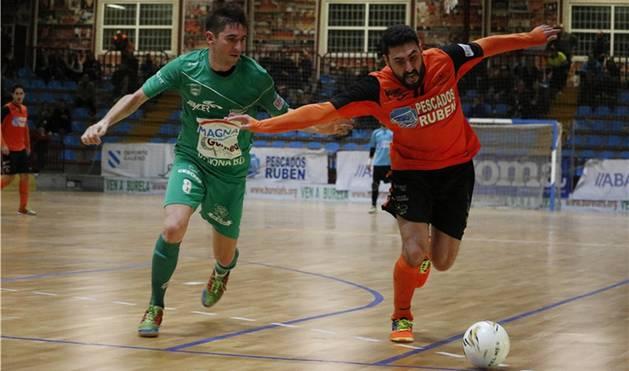 Roberto Martil, contra el Burela.