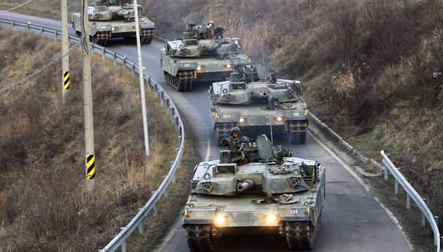 Tankes surcoreanos K1A1 circulan por una carretara en Paju.
