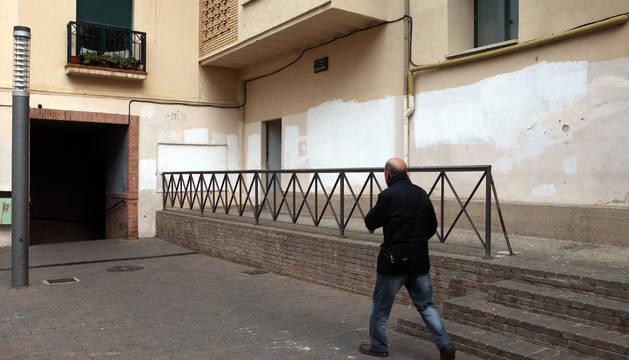 A la derecha, la pintura blanca con la que taparon los grafitis.