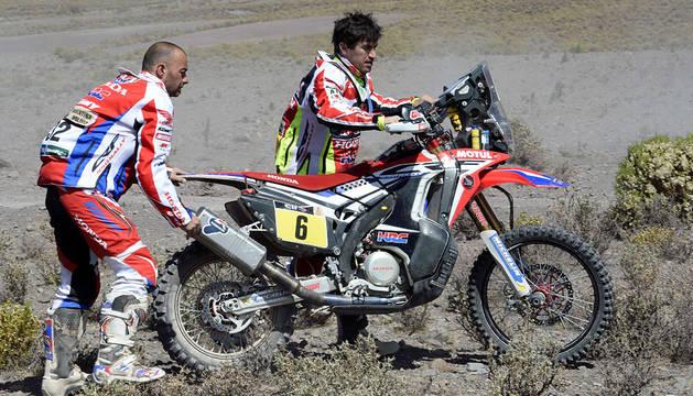 Joan Barreda es ayudado por Paolo Ceci.