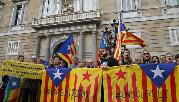 CONCENTRACIÓN EN BARCELONA. Decenas de independentistas han convocado una concentración ante el Palau de la Generalitat.