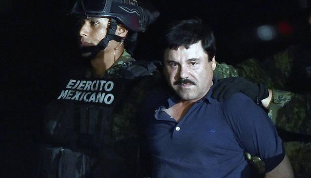 El narcotraficante Joaquín 'El Chapo' Guzmán es conducido a un helicóptero de la Marina Armada de México, tras su recaptura en la ciudad de Los Mochis, Sinaloa.