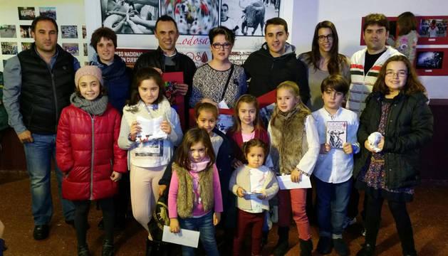 Los ganadores de los concurso junto con los responsables municipales y de la peña Lodosa por el Toro.