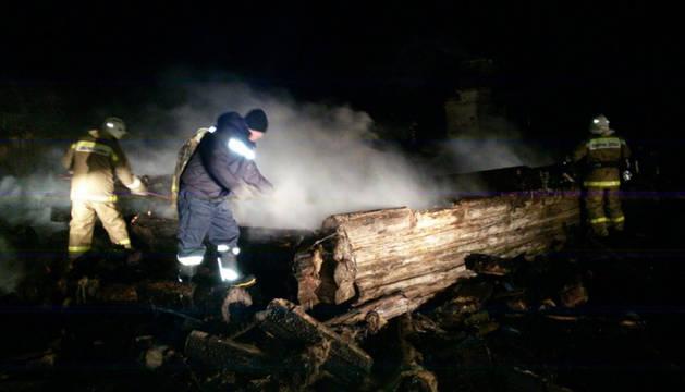 Los bomberos extinguen el fuego en la vivienda de Stary Kuvak, en la república de Tartaristán.