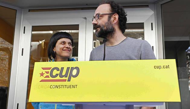 El diputado de la CUP Benet Salellas y Anna Gabriel.