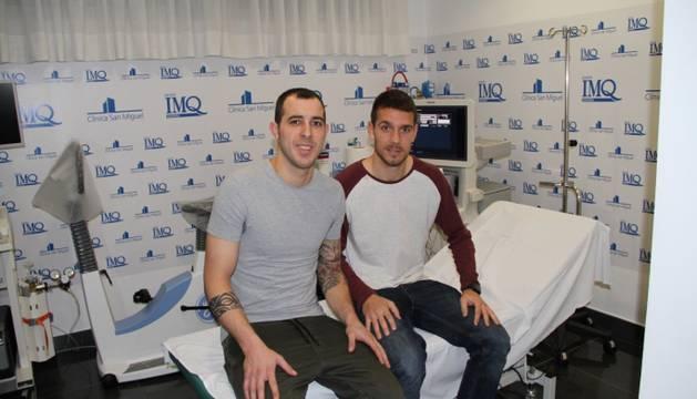Urko Vera y Manuel, tras pasar el reconocimiento médico.