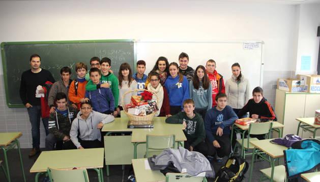 Alumnos de una de las clases con una cesta como las que se sortearon con un fin benéfico.