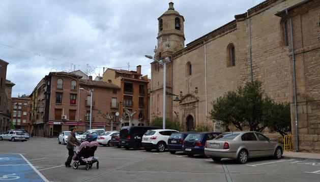 Vista de la plaza de la Cruz y de la parroquia de Lodosa.