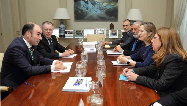 El vicepresidente Ayerdi, acompañado por el director general de Obras Públicas, Nacho Nagore, durante la reunión con la ministra Ana Pastor.