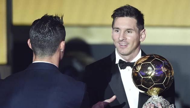Cristiano felicita a Messi por su Balón de Oro.