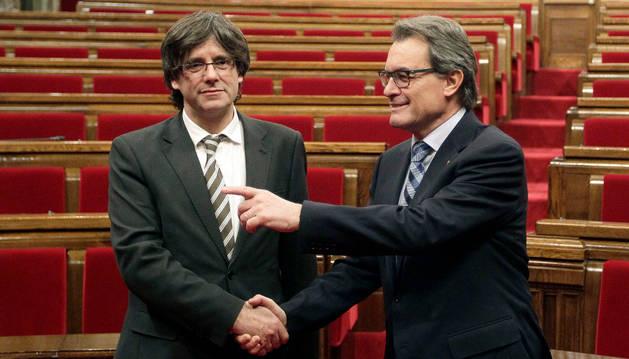 El expresidente Artur Mas y el nuevo presidente de la Generalitat, Carles Puigdemont.