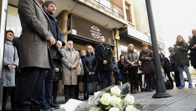 El alcalde de Vitoria, Gorka Urtatan (2i), el diputado general de Álava, Ramiro González (i), y representantes políticos, durante el homenaje a Jesús Velasco.