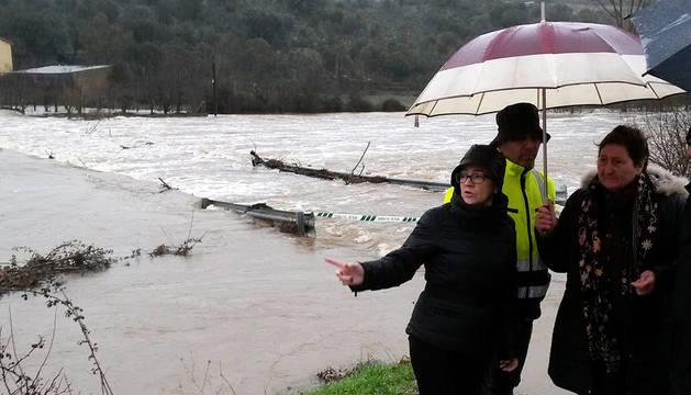 La presidenta de la Diputación de Zamora, junto al río Aliste.