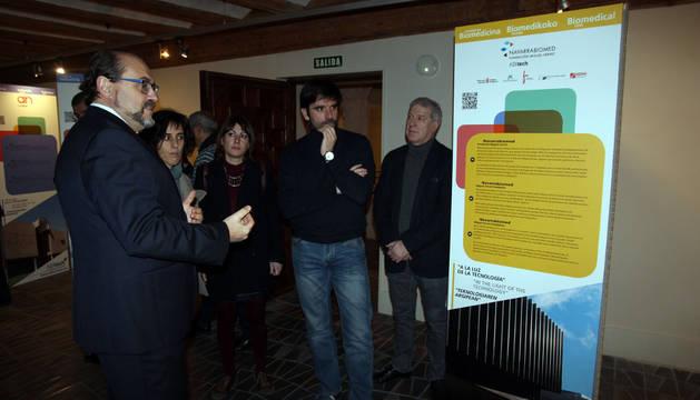 De izquierda a derecha, Manuel Rodríguez; las concejalas Marisa Marqués y Sofía Pardo; el alcalde, Eneko Larrarte; y el edil Javier Gómez Vidal, durante la visita por la exposición.